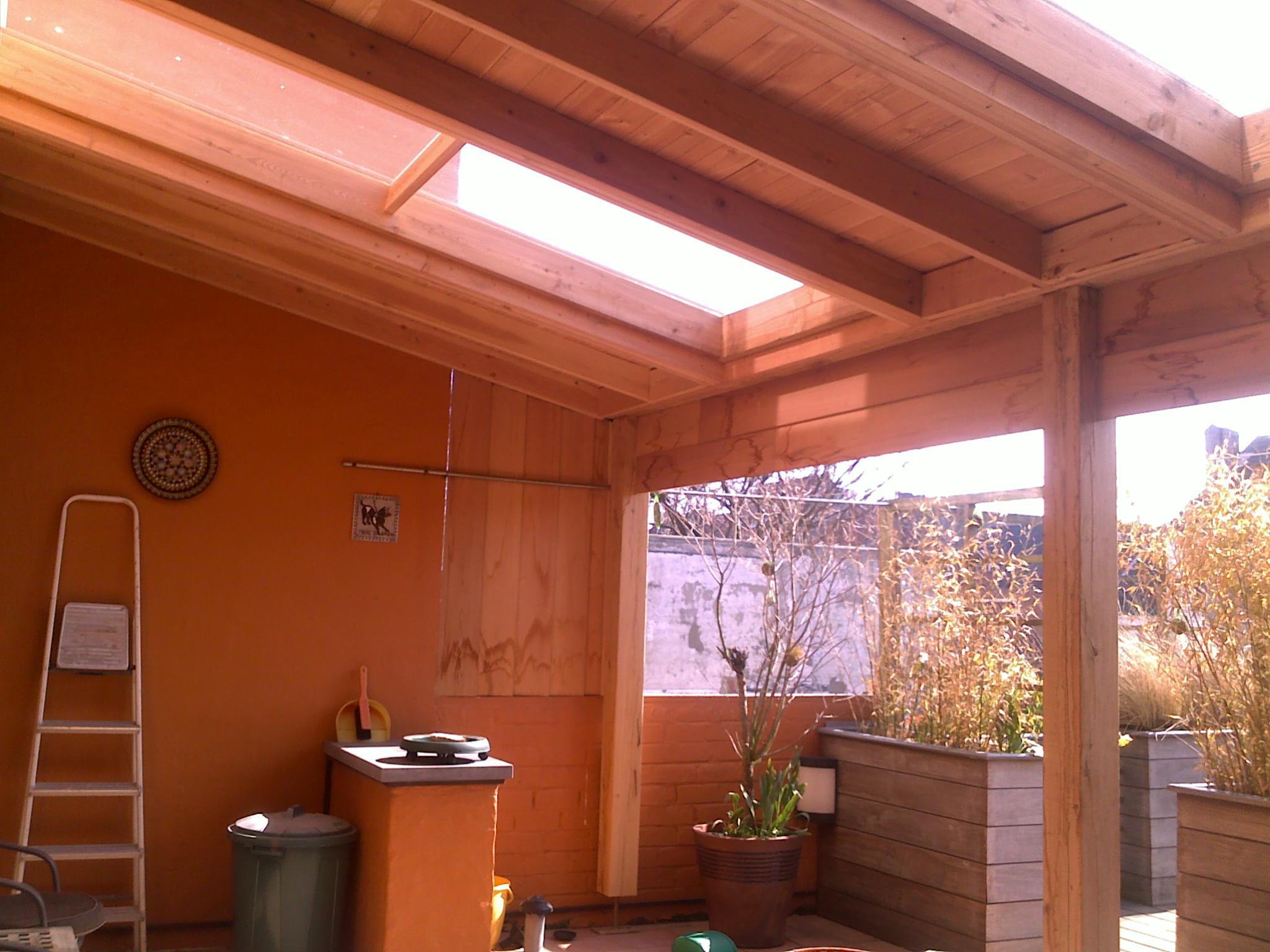 Binnenzicht van een afdak met lichtstraat op een daktuin