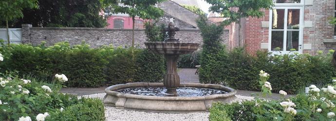 klassieke fontein in klassieke tuin