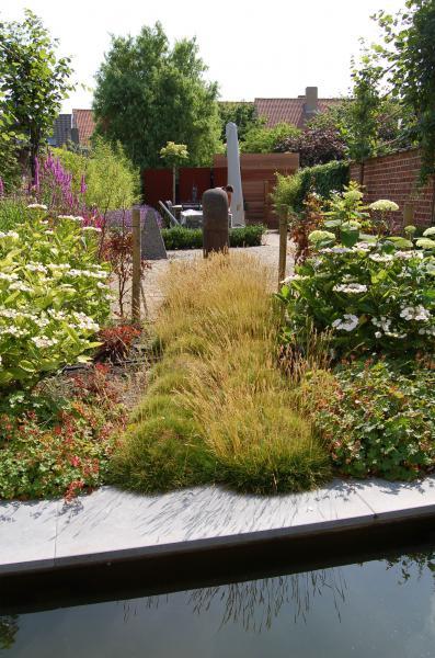 bloemenrijke tuin, lang en smalle stadstuin