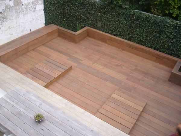 houten terras in ipe met zitbanken
