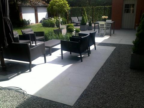 moderne tuin met witte terrassen in Maldegem
