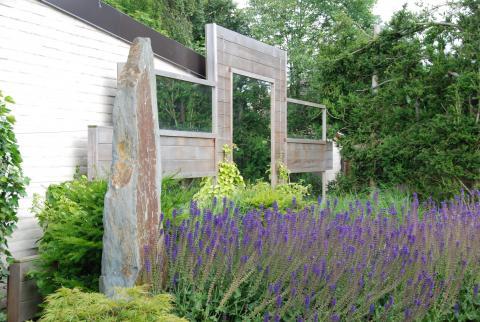 Spiegels verwerkt in de tuin