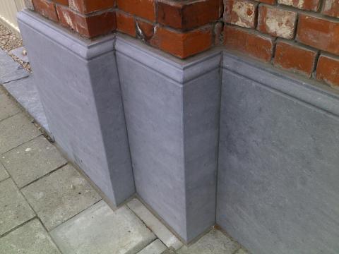 detail blauwsteen plint